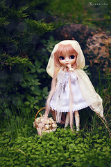 Little White Riding Hood (Rinoninha) Tags: white verde green blanco forest lost outdoors doll cream chips lolita bosque wig pullip 27 mueca exteriores perdida coolcat peluca leeke obitsu leekeworld rewigged rechipped tiphona
