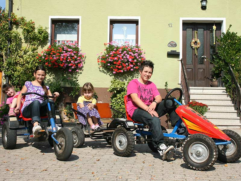 Noudlsberger Hof - Kinder fahren Kettcar
