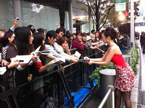 Kiki signing autographs at the green carpet
