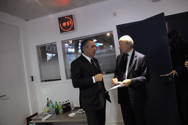 François Bayrou et Olivier Mazerolle pendant une pause lors de lémission BFMTV 2012
