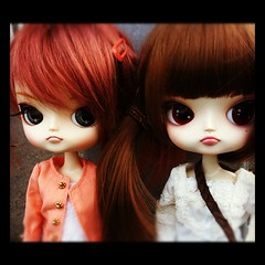 Penny & Risa (fafinette78) Tags: autumn friends portrait france cute rock japan french toy outside toys miniature friend doll dolls little dal mini plastic chan kawaii friendly japon risa plastique kawai iphone rotchan morganours morganour