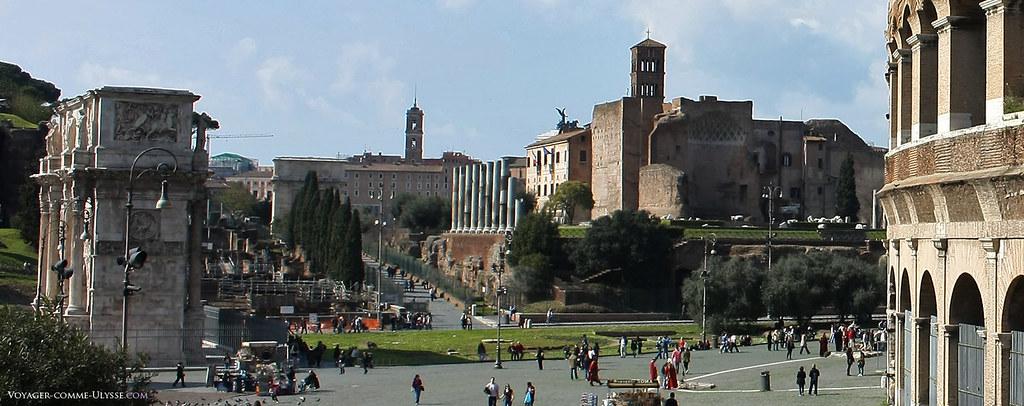 Tout au fond, le Capitole. Sur la droite, le Colisée. Dans cet axe se trouve la plupart des forums romains. On remarque à gauche l'Arc de Constantin.