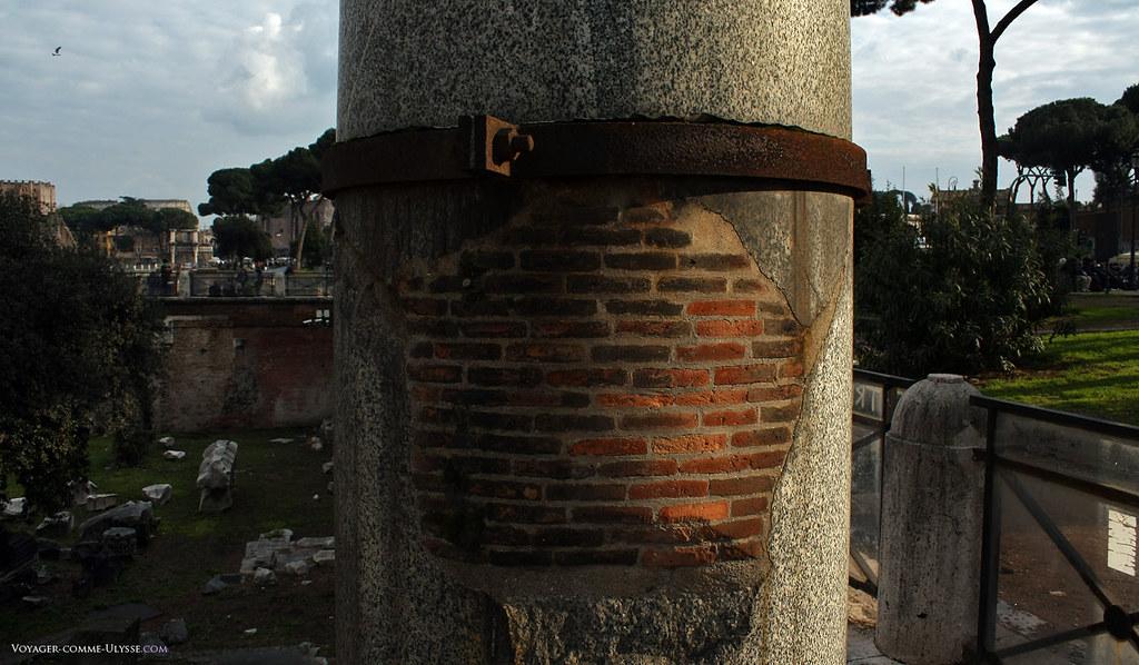 As ruínas das colunas foram erguidas novamente e completadas por tijolos.