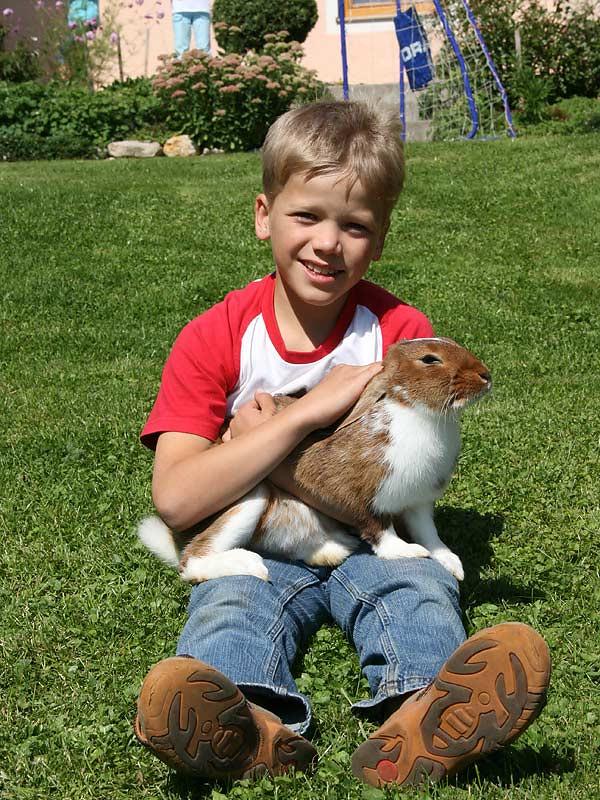 Ferienhof Laux - Junge mit Hase
