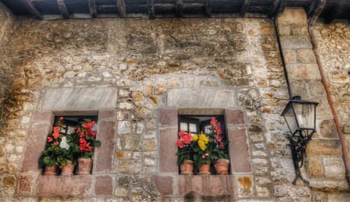 Flowers and street lamp. Santillana del Mar, Cantabria. Flores y farol