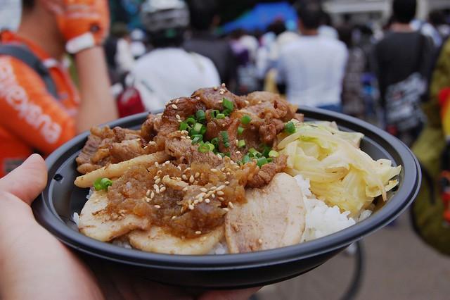 ジャパンカップで食べたビーフとポークのミックス丼が美味かった!