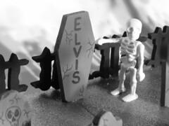 ELVIS 110 (PLAYMO-ELVIS) Tags: cemetery graveyard skeleton toy zombie elvis foam playmobil geobra