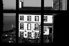 Yr 'Anglesey' o Gastell Caernarfon (Rhisiart Hincks) Tags: blackandwhite bw castle blancoynegro window wales ventana pub cymru gales townscape wallis menai gwynedd blancinegre castell taberna tafarn caernarfon publichouse galles treflun blancetnoir caisteal kastell ffenestr 威爾斯 duagwyn afonmenai menaistraits kembre zwartenwit gallas walia ostaleri gaztelu leiho prenestr kimrio uels zuribeltz feketefehér kembra 威尔士 dubhagusbán gwennhadu yfenai เวลส์ siyahvebeyaz achuimrigh uinneag черноеибелое 웨일즈 valbretland juodairbalta schwarzundweis černáabílá велс mustajavalkoinen taighseinnse чорнийібілий crnoibelo melnsunbalts negrușialb dubhagusgeal اسودوابيض، črnoinbelo