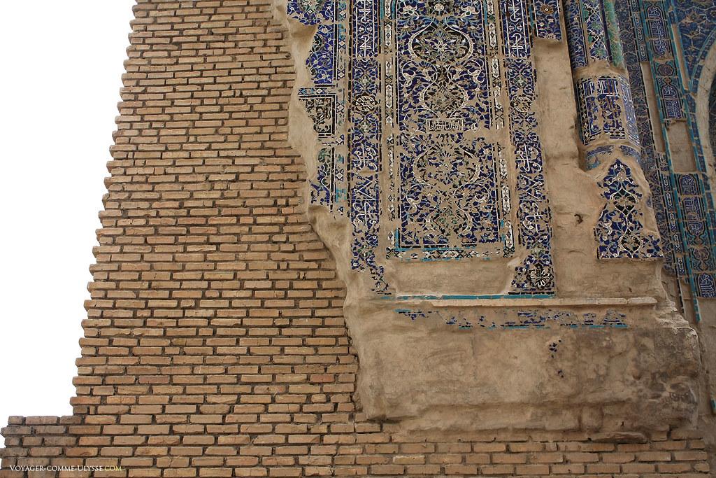On distingue bien le travail des artisans, qui ont couvert d'abondantes décorations les murs de brique du palais.