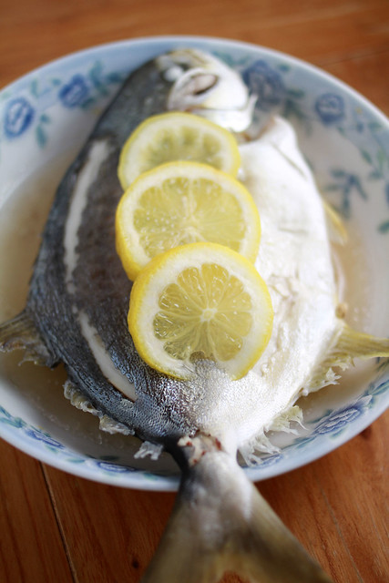 Simple Steamed Fish with Garlic and Lemon