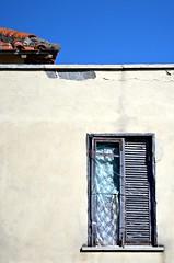 """""""diversamente chiusa"""" (Il cantore) Tags: blue roof sky muro broken window wall closed tetto finestra cielo azzurro crumbling rotta chiusa fatiscente 15challengeswinner"""