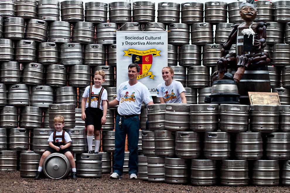 Uno de los organizadores del Chopp Fest 2011 posa con su familia frente a los casi 300 barriles de cerveza consumidos en la noche anterior del sábado, apilados en forma de pirámide frente a la sede social del Club Alemán. (Elton Núñez)