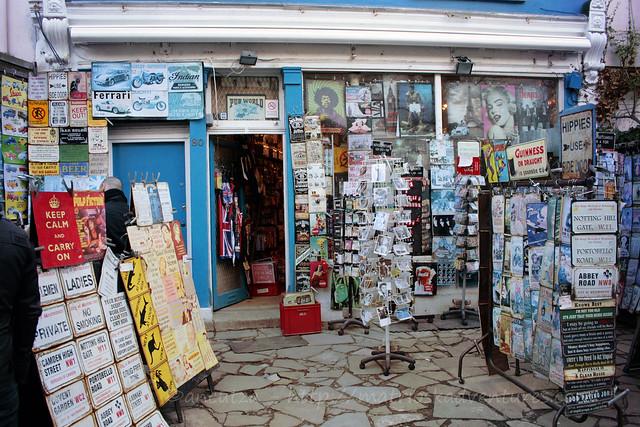 foto immagine negozio cartoline vintage al mercatino portobello road londra