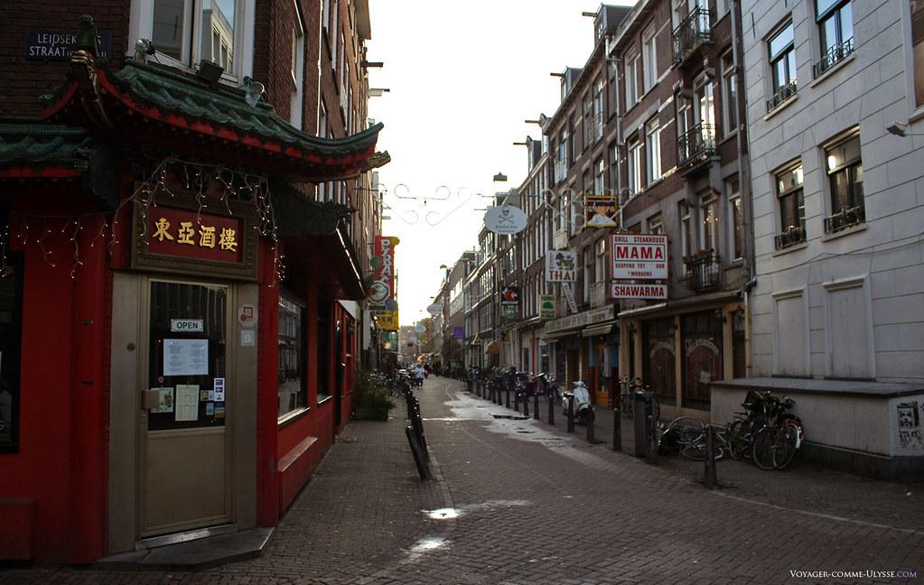La ville est une des plus mondialisées qui soit en Europe, quelque chose de bien visible dans ses rues