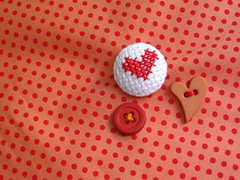 心 (Carol Grilo • FofysFactory®) Tags: floripa crossstitch heart handmade buttons crafts florianópolis carolgrilo button coração ♥ 手作り kokoro 心 pontocruz tezukuri fofysfactory feitoamao