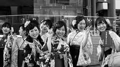 (Dave from Tokyo) Tags: street girls people blackandwhite bw monochrome japan persona blackwhite pessoas women gente noiretblanc streetphotography bn menschen personas persone hakama  donne  kimono japo japanesegirls japon personnes giappone filles biancoenero femmes streetphotos   allegria japn   ragazze      negroyblanco            sotsugyoushiki  davidefilippini ragazzegiapponesi nikkorafsdx35mmf18g fillesjaponaises nikond5000