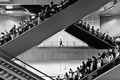 (leo.eloy) Tags: people urban bw digital photography saopaulo metro run pb caos linhaamarela leoeloy viaquatro