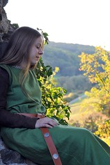 DSC_5963 (Dorothee Rie) Tags: girl herbst medieval ruine fantasy blond blonde knight maid mdchen aar burg limburg abendsonne ritter haar fotoshooting diez kleid mittelalter sptsommer mittelalterlich holzheim langes gewandung tunika grteltasche mittelalterkleid ardeck