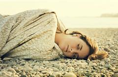Sueños de piedra (Inmacor) Tags: light woman luz beach girl stone relax mujer chica stones dream paz playa descansar soledad dormir calma pensar silencio sueño piedras orilla piedra guijarros tumbada ltytr2 ltytr1 ltytr3 ltytr4 inmacor daarklands bestportraitsaoi elitegalleryaoi blinkagain