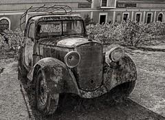Daimler Benz - Baujahr unbekannt (Pana53) Tags: db rost verrostet highdynamicrange rhodos weingut daimlerbenz winzer marode schau rostlaube abseits autowrack staubig altesauto mottenkiste abgestellt goldstück hdrfoto schwarzweisfoto pana53 verrostetesauto alterostlaube rostauto