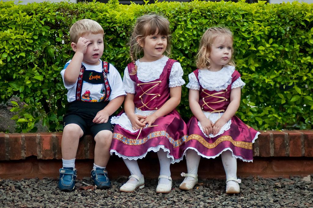 Niños vestidos con los atuendos típicos de Alemania fueron vistos en la mañana del cuarto día del Festival de la Cerveza de la colonia Obligado, en el departamento de Itapúa. (Elton Núñez)