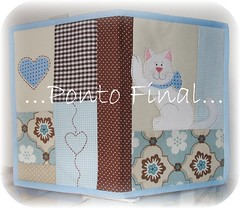 ...Capa em patchwork...Gatinho... (Ponto Final - Patchwork) Tags: quilt handmade fabric cotton corao patch patchwork gatinho marrom retalho azulbeb aplicaes po patchcolagem caseado capadeagenda gatinhobranco