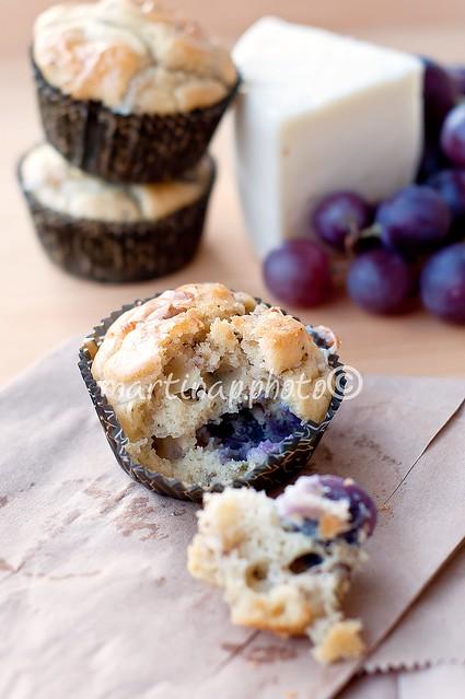 Muffin salati con uva nera, caprino e noci