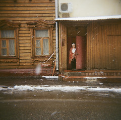 000937730003 (varvara lozenko) Tags: snow march holga spring moscow shawl elderlywoman    woodenarchitecture