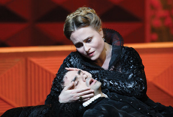 Marina Poplavskaya  as Elisabetta di Valois and Rolando Villazon as Don Carlo in Don Carlo © Catherine Ashmore/ROH 2008