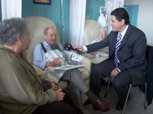 Guillermo Lobo entrevista a paciente que pinta mientras recibe quimioterapia