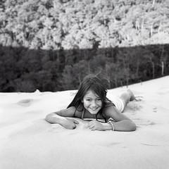 Portrait de Yaelle au Rolleiflex (Clment Livolsi) Tags: portrait 6x6 film rolleiflex zeiss lens noir kodak sable twin nb 400tx carl format et blanc cabane huitre pellicule moyen 35f biobjectif