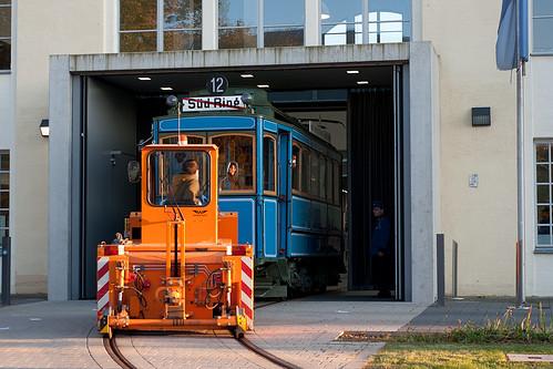 Der A-Wagen 256 wird aus der Museumshalle gezogen