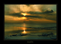 (tozofoto) Tags: winter sunset sky sun lake reflection ice nature water colors clouds canon landscape bravo hungary natur balaton somogy tozofoto saariysqualitypictures fleursetpaysages lelitedespaysages