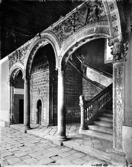 Escalera del Hospital de Santa Cruz hacia 1880. Fotografía de Levy