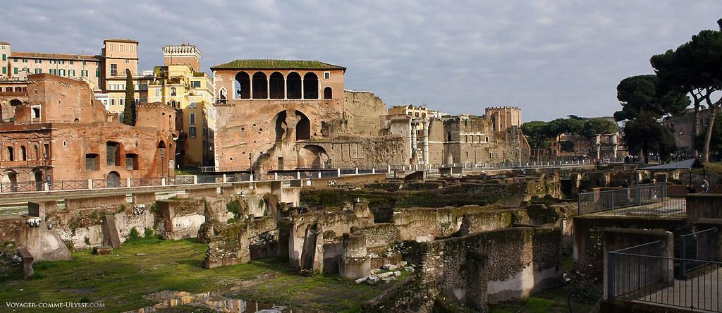 En plein centre, la Maison des Chevaliers de Rhodes, avec ses arcades, surplombant ce qu'il reste du plus grand des forums impériaux, le Forum de Trajan.
