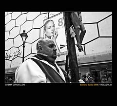 Amor a primera vista (Chema Concellón) Tags: portrait blackandwhite españa blancoynegro easter spain arquitectura europe publicidad arte retrato edificio modelo valladolid escultura cruz contraste ritual cristo construcción mirada fachada elcorteinglés 2009 cultura jesús semanasanta tradición castilla celebración ventas cofrade promoción talla escaparate artístico crucifijo escultor jesucristo procesión rito hollyweek castillayleón domingoderesurrección costumbre religión gesto superposición robado devoción cofradía imágen edificación imaginería crucificado eurpa hábito crucifixión grandesalmacenes chemaconcellón cristoresucitado flechazo maderapolicromada imaginero amoraprimeravista cruzalzada rudeza cruzguía ricardoflecha nuestropadrejesúsresucitado procesiónderesurrección 8díasdeoro esculturapolicormada penaitente