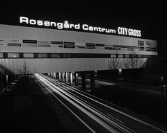 Mamiya RZ67 – BW – R80S – 2 – Rosengård Centrum (Gustaf_E) Tags: bw night project 50mm blackwhite skåne sweden 120film 6x7 malmö centrum natt rosengård svartvitt mamiyarz67 förort miljonprogram rolleiretro80s
