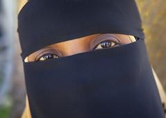 Lamu woman eyes - Kenya (Eric Lafforgue) Tags: africa island kenya culture unescoworldheritagesite afrika tradition lamu swahili afrique eastafrica qunia lafforgue  qunia    kea 122779   tradingroute a