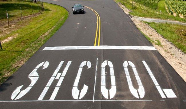 roadway with school spelled incorrectly
