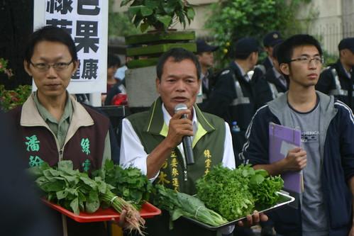 陳萬木主張每縣市釋出土地以無毒耕種維護農地安全。(攝影:陳寧)