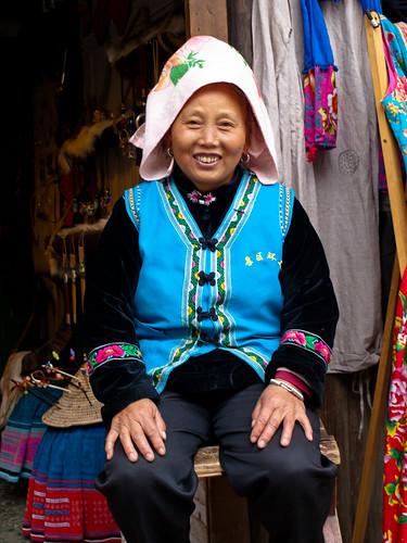 Xijiang - Señora miao con clásico tocado-toalla