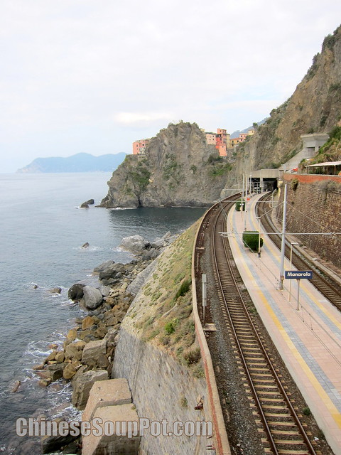 [photo-manarola train statin in cinque terre]