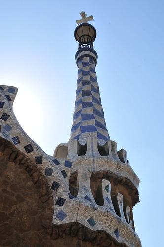 Центральная широкая лестница с фонтанами и символом барселоны - ящерицей