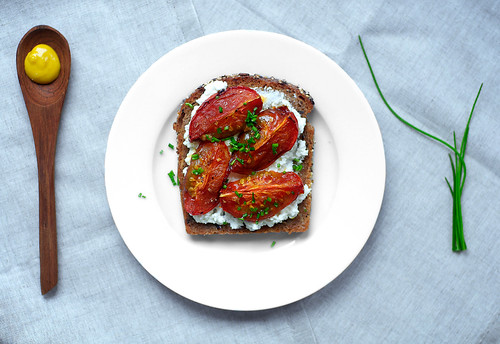 Toast with ricotta and roasted tomatoes