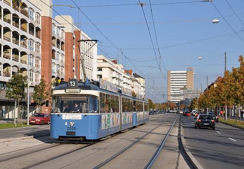 P-Wagen 2005 fährt durch die Einsteinstraße