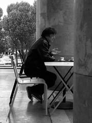 the charmer (lam 09) Tags: bw paris café candid bodylanguage posture gesture charmer palaisdetokyo pepelepew parigi caffé gesto postura piacione potatonose