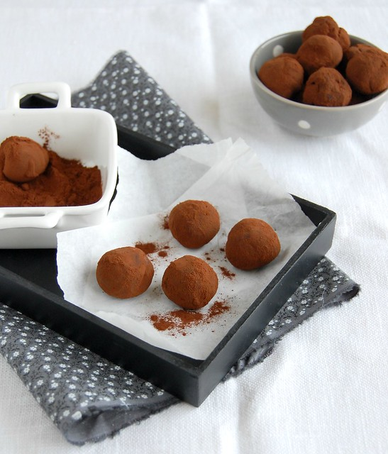 Honey and dark chocolate truffles / Trufas de chocolate e mel