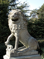 Guardian Lion, Purple Mountain () (thewamphyri) Tags: china statue lion prc  nanjing nanking jiangsu  peoplesrepublicofchina fudog purplemountain foodog  foolion guardianlion  fulion bellmountain  zijinmountain nnjng  jings chineseguardianlion purplegoldmountain zjnshn zhngshn mountzhongshan