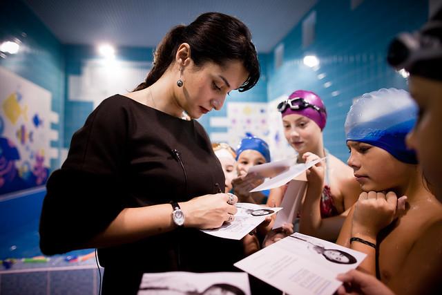 Тина Канделаки раздаёт автографы