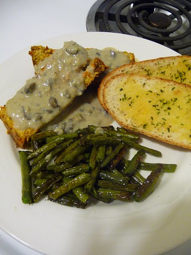 Tofu Loaf Gravy, Green Beans & Garlic Bread